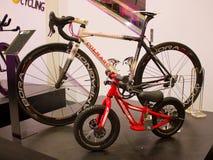 Colnago-Rennrad und Hotwalk-Fahrrad. Stockfotos