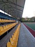 colo de los asientos espectadores del campo de deportes del estadio imagen de archivo libre de regalías