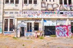 Colocação de etiquetas: Casa abandonada do poder Imagens de Stock Royalty Free