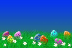 Colocação de ovos da páscoa colorida na grama sob um céu azul fotografia de stock