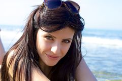 Colocação de sorriso da mulher bonita no mar Fotos de Stock