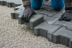 Colocação de telhas do pavimento pavimentar imagens de stock