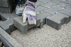 Colocação de telhas do pavimento pavimentar foto de stock