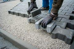 Colocação de telhas do pavimento pavimentar imagem de stock royalty free