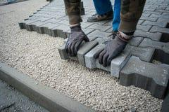 Colocação de telhas do pavimento pavimentar fotografia de stock royalty free