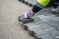 Colocação de telhas do pavimento pavimentar fotos de stock royalty free