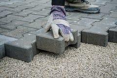 Colocação de telhas do pavimento pavimentar fotos de stock