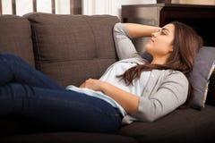Colocação em um sofá em casa Imagens de Stock