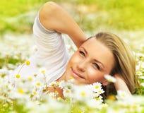 Colocação fêmea bonita na flor arquivada Imagem de Stock
