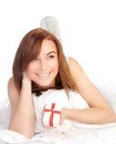 Colocação fêmea feliz na cama Fotografia de Stock Royalty Free