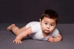Colocação feliz bonito do bebê foto de stock
