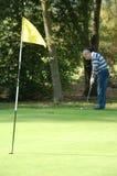 Colocação masculina do jogador de golfe Fotografia de Stock