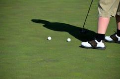 Colocação praticando do jogador de golfe fotos de stock