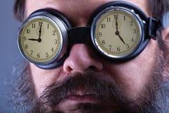 Colocação sobre os óculos de proteção de cegueira - homem com conceito de trabalho constante fotos de stock royalty free