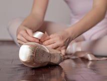 Colocação sobre sapatas de bailado do pointe Imagens de Stock Royalty Free