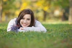 Colocación adolescente feliz en hierba Fotos de archivo libres de regalías