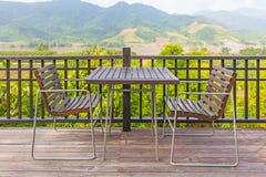 Colocación de la tabla y de las sillas Fotografía de archivo