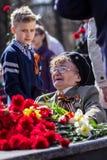 Colocación de las flores en la llama eterna Día de la victoria Izhevsk, mayo Imágenes de archivo libres de regalías