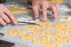 Colocación de las galletas después de cortar en el papel del forro foto de archivo