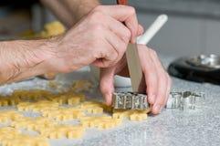 Colocación de las galletas después de cortar en el papel del forro foto de archivo libre de regalías