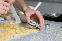 Colocación de las galletas después de cortar en el papel del forro imagen de archivo