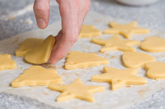 Colocación de las galletas después de cortar en el papel del forro Fotos de archivo libres de regalías