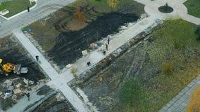 Colocación de las losas por el primer del mosaico Camino que pavimenta, construcción Timelapse almacen de video