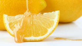 Colocación de miel con limón sobre la mesa almacen de video