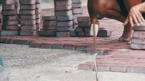 Colocación de piedras de pavimentación almacen de metraje de vídeo
