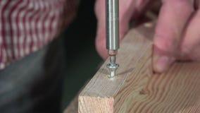 Colocación de un destornillador eléctrico del tornillo almacen de metraje de vídeo