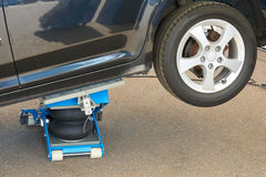 Colocación del neumático con el enchufe neumático Fotos de archivo