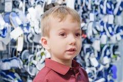 Colocación del niño del niño del muchacho de tienda retail imagen de archivo libre de regalías