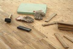Colocación del suelo del entarimado Imágenes de archivo libres de regalías
