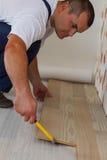 Colocación del suelo laminado en un hogar. imagenes de archivo