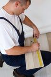 Colocación del suelo laminado en un hogar. Fotos de archivo