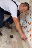Colocación del suelo laminado en un hogar. Imagen de archivo libre de regalías