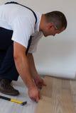 Colocación del suelo laminado en un hogar. fotos de archivo libres de regalías