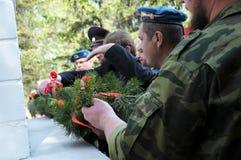 Colocación en la guirnalda en el monumento de la gloria en Victory Day Imagenes de archivo