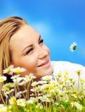 Colocación femenina hermosa en la flor clasifiada imagen de archivo libre de regalías