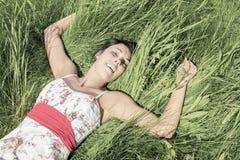 Colocación modelo joven en la hierba Fotografía de archivo libre de regalías