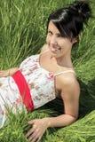 Colocación modelo joven en la hierba Fotos de archivo libres de regalías