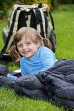 Colocación que acampa de la niña en un bolso sleaping Foto de archivo