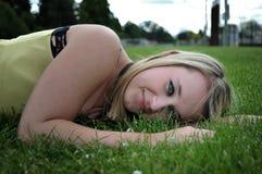 Colocación rubia hermosa de la chica joven Imagen de archivo