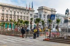Colocación de palmeras en cuadrado de la catedral del cuadrado del Duomo, enfrente del Duomo de la catedral de Milán, Milán, Ital Fotos de archivo