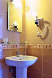 Colocación y lavabo ligeros en un cuarto de baño moderno Fotografía de archivo libre de regalías