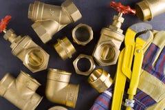 Colocaciones de cobre amarillo con la llave Foto de archivo