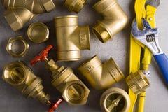 Colocaciones de cobre amarillo con la llave Fotos de archivo