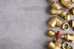 Colocaciones de cobre amarillo con la llave Imágenes de archivo libres de regalías