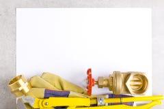 Colocaciones de cobre amarillo en la hoja de papel Imagenes de archivo