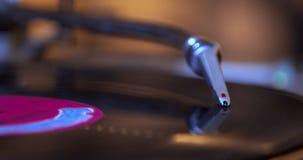 Colocando a agulha do DJ na plataforma giratória de giro do jogador de registro do vintage video estoque